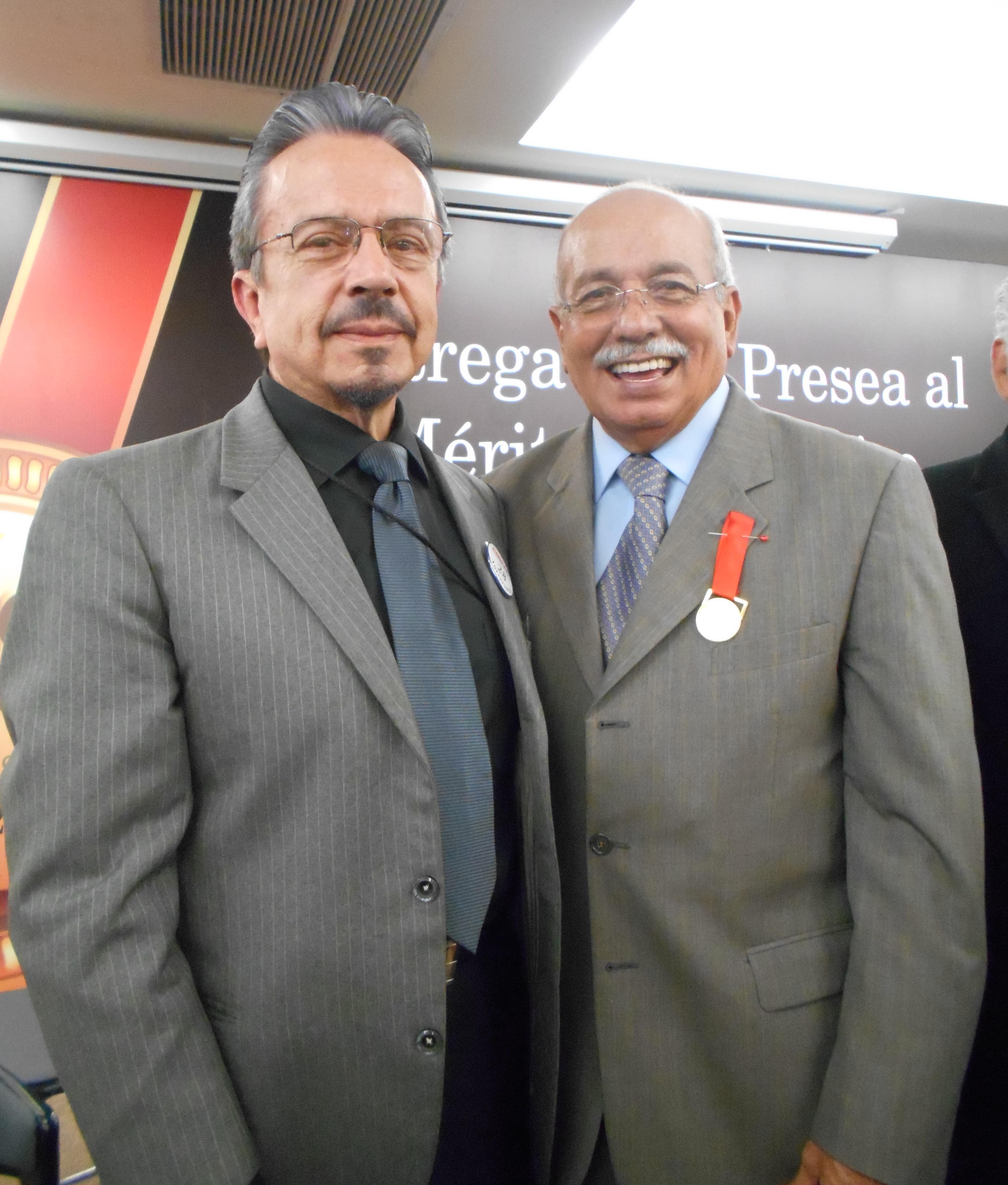 Eduardo Garibay Mares y el galardonado Francisco López Guido