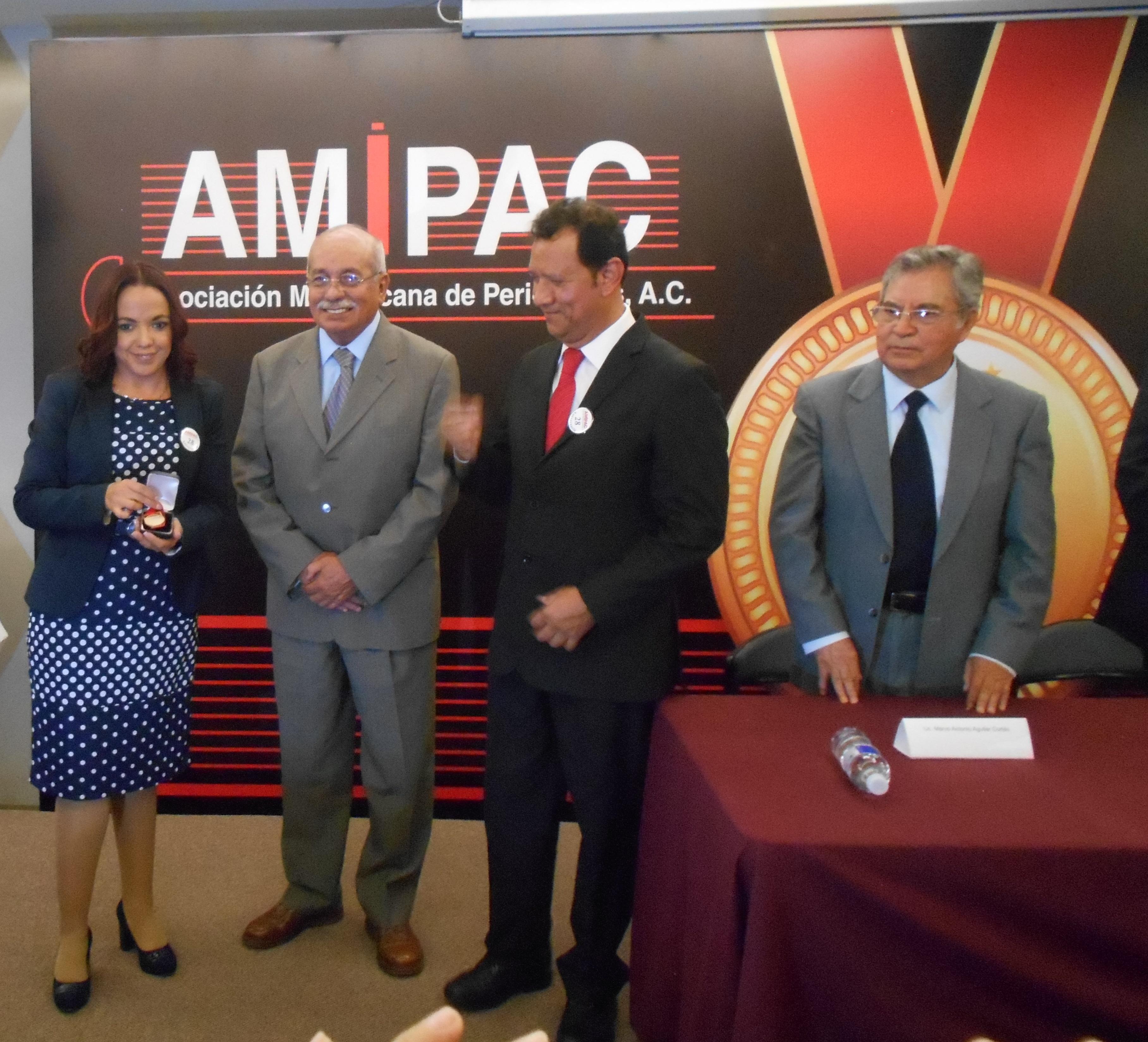 Entrega de Presea AMIPAC a Francisco López Guido