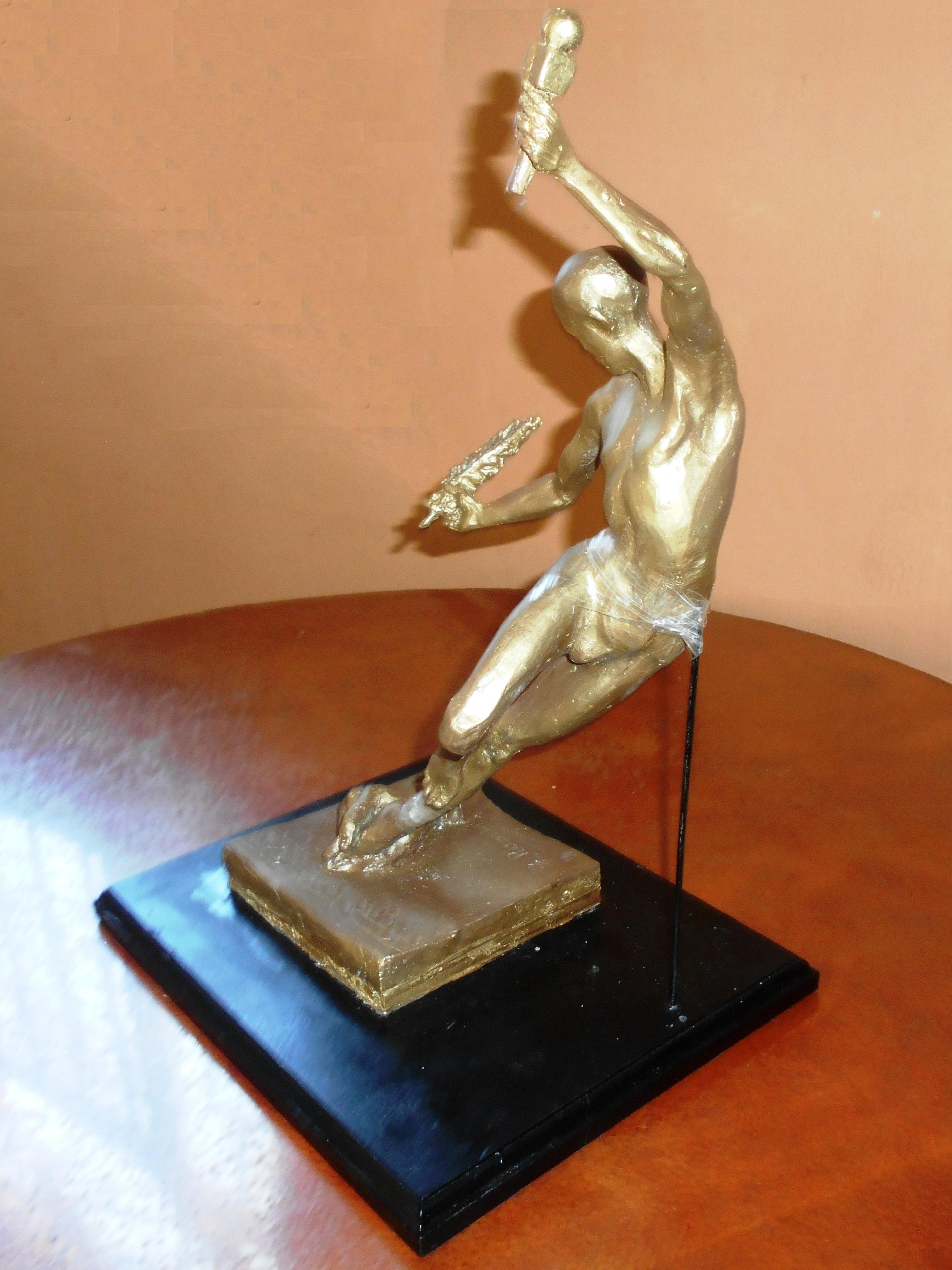 FOTOGRAFIA de escultura propuesta por AMIPAC obra de Retana - de perfil