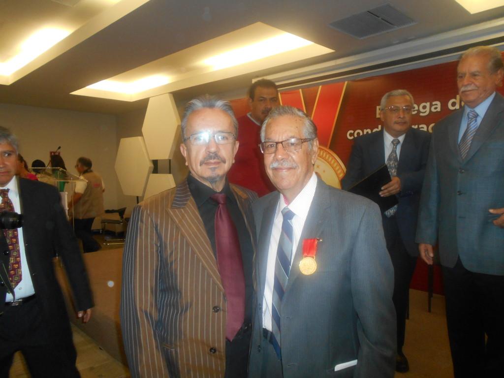 Eduardo Garibay Mares Presidente de AMIPAC 2005-2007 y Sergio Ortega Solorio, Presea AMIPAC 2016. FOTO-Isaac Olivares Gallaga